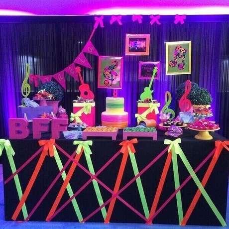12. Fitas coloridas decoram a mesa da festa neon. Foto: Pinterest