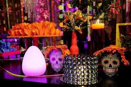 18. Enfeites fluorescentes sobre a mesa valorizam a decoração da festa neon. Foto: Pinterest