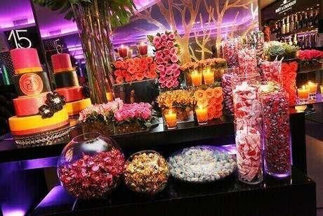 28. Na festa de 15 anos neon, os doces confeitados podem ter a inicial da aniversariante. Foto: Revista Donna