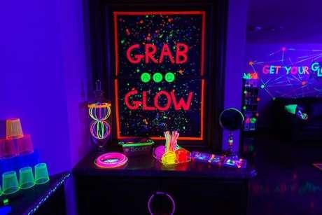 29. Para a festa neon, faça um cantinho para empilhar os copos e deixar as lembrancinhas ao alcance dos convidados. Foto: Nid cores