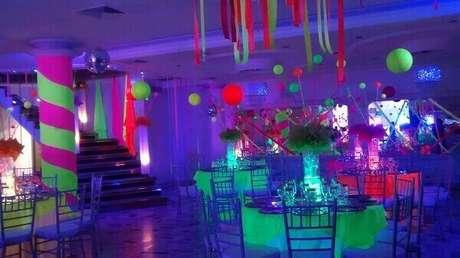 50. A decoração da festa neon pode ser feita com papel, plástico ou outros elementos decorativos. Foto: Pinterest
