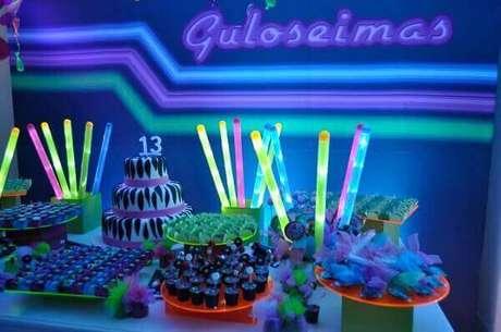 56. A Festa neon pode ser realizada com um custo baixo. Foto: Les Enfants