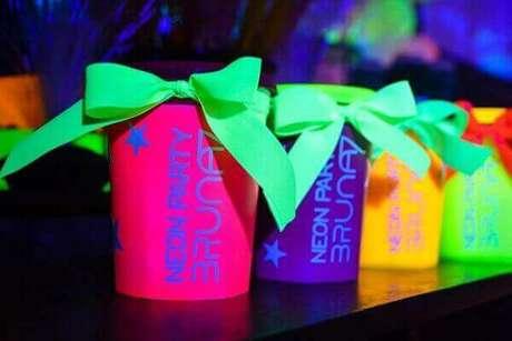 31. As lembrancinhas de festa neon podem ser feitas com latas, caixas ou canecas revestidas de tecido colorido. Fonte: Roteiro Baby