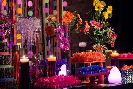 32. Velas também podem contribuir na decoração da festa neon. Foto: Roteiro