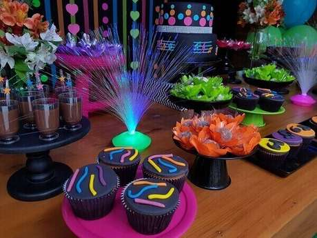 34. Os cupcakes recebem decoração com confeitos coloridos em tons neon. Foto: Pinterest