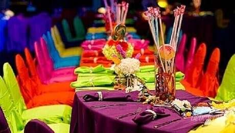 35. Na festa neon você pode revestir as cadeiras com tecidos coloridos fluorescentes. Foto: Pinterest