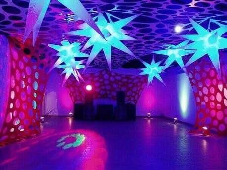 36. Estrelas iluminadas para festa neon decoram o canto do salão reservado para dançar. Foto: Pinterest