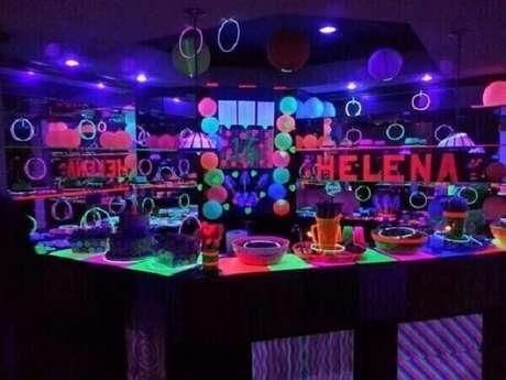 39. O nome da aniversariante ganha destaque na mesa da festa neon. Foto: Kara's Party Ideas