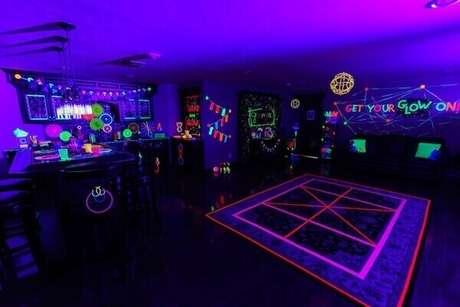38. O colorido neon espalhado pelo salão cria uma atmosfera valorizada pela luz negra. Fonte: Kara's Party Ideas