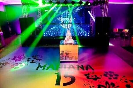 40. O bolo é colocado no centro da pista de dança para festa neon de debutante. Foto: Pinterest