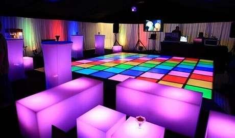 42. Pista de dança colorida para festa neon no estilo dos anos 80. Foto: Todateen