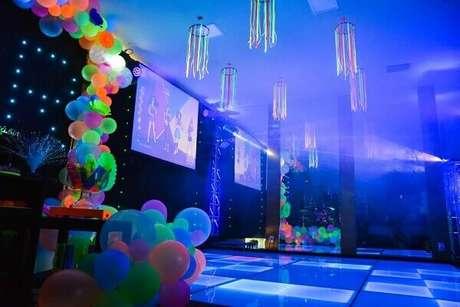43. Pista de dança e decoração com balões e telões em festa neon. Foto:Pinterest