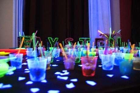44. Copos coloridos e fluorescentes decoram a mesa da festa neon. Foto: Pinterest