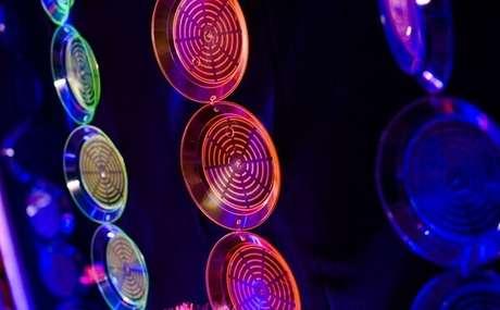 45. Pratinhos amarrados coloridos enfeitam a parede da festa neon. Foto: Pinterest