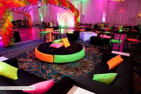 47. Festa neon com puff redondo e almofadas coloridas proporcionam local de descanso para os convidados. Foto: Guia Tudo Festa