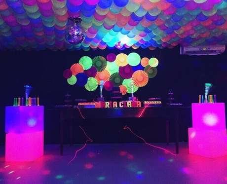 54. Decoração de festa neon com balões cobrindo o teto. Foto: Discolbus