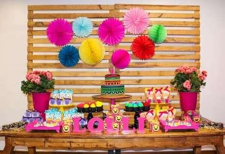 87. Festa neon com decoração simples feita com painel de pallet. Fonte: Pinterest