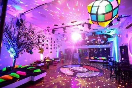 88. Almofadas coloridas para a festa neon. Fonte: Friends Buffet