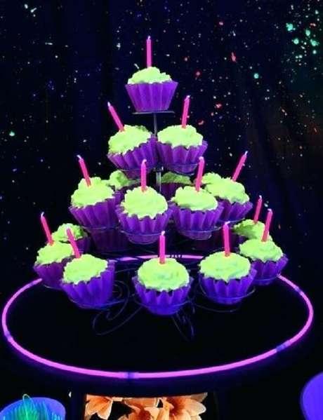 58. Os cupcakes podem receber coberturas coloridas na festa neon. Fonte: Pinterest