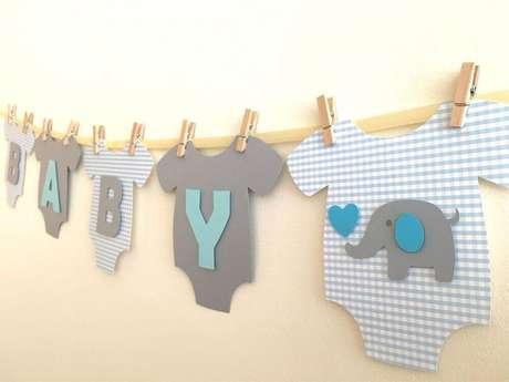 """69. Um varal com """"roupinhas"""" penduradas pode ser feito com material emborrachado, como EVA, para a decoração de chá de bebê – Foto: Smile Love"""