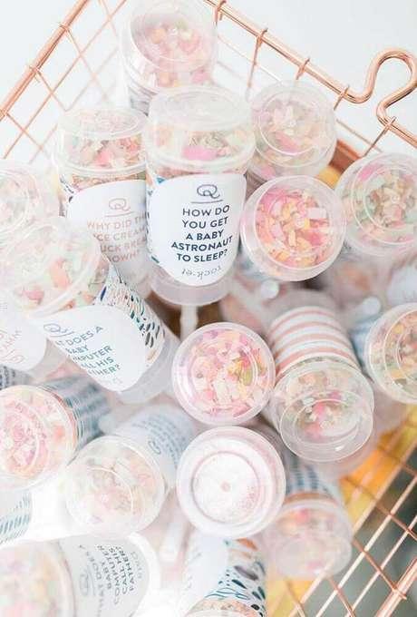 71. Coloque frases divertidas na embalagens das lembrancinhas de chá de bebê para deixar a decoração de chá de bebê ficar ainda mais bonita – Foto: Baby Shower Ideas