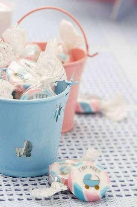 74. Coloque as lembrancinhas de chá de bebê em recipientes que podem fazer parte da decoração de chá de bebê – Foto: The Holk