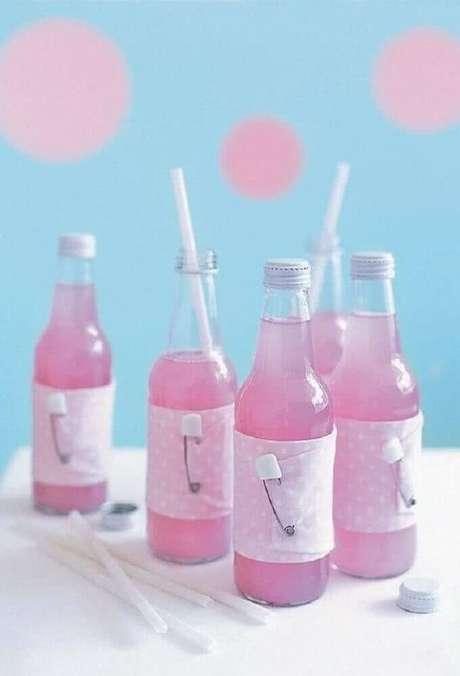 75. A bebidas também podem receber um toque especial para entrar no clima da decoração de chá de bebê – Foto: 321Achei