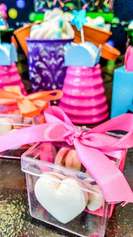 92. Lembrancinhas coloridas para a festa neon. Fonte: Folia Eventos