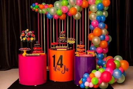 93. A mesa do bolo pode receber uma decoração especial com balões. Fonte: Festejar