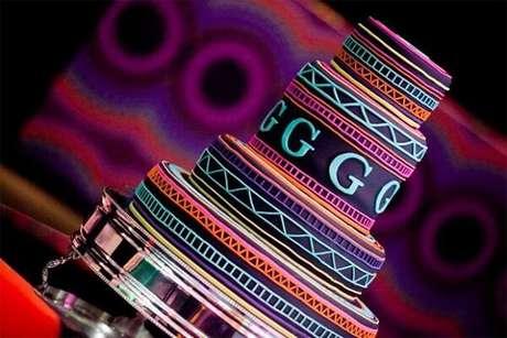 94. Bolo criativo com vários andares para festa neon. Fonte: Pinterest