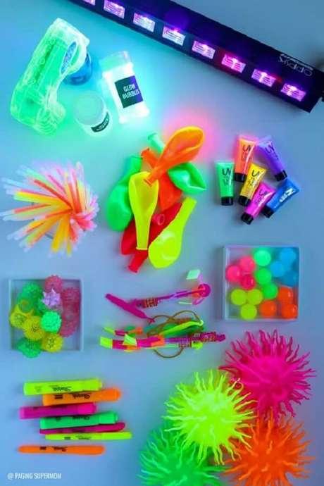 95. Lembrancinhas criativas para festa neon. Fonte: Pop Lembrancinhas
