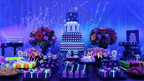 96. Vasos com flores podem complementar a decoração da mesa de bolo. Fonte: Pinterest