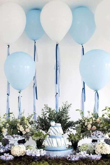9. Decoração de chá de bebê menino clássica com tons de azul e branco e muitos arranjos de flores – Foto: Pinterest