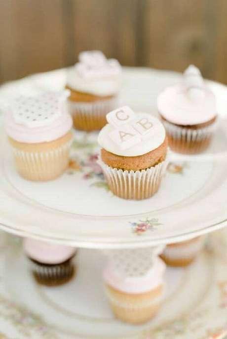 84. Os cupcakes podem seguir o tema escolhido para a decoração de chá de bebê ou conter detalhes do universo infantil – Foto: Kara's Party Ideas