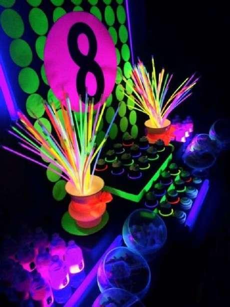 97. As pulseiras coloridas complementam a decoração da festa neon. Fonte: Fika a Dika
