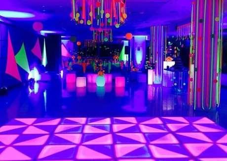 98. Espalhe enfeites coloridos pelo salão de festas. Fonte: Só Decor