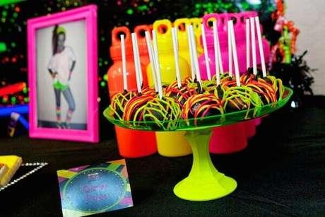 59. Os docinhos são a grande atração da festa neon. Fonte: Pinterest
