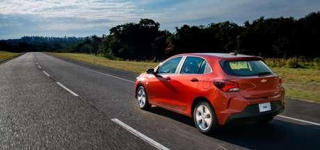O entre-eixos é 4,9 cm menor que o do Onix Plus e 2,3 cm maior em relação ao Chevrolet Joy.