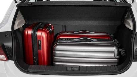 O porta-malas possui 275 litros de capacidade.