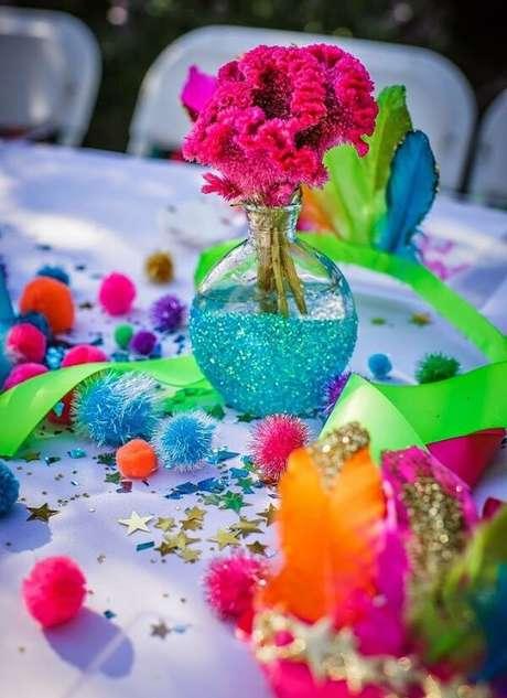 99. A mesa de convidados da festa neon recebe uma decoração especial colorida. Fonte: Pinterest