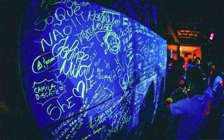 100. Utilize canetas especiais para luz negra na festa neon. Fonte: Decoração de Ambiente