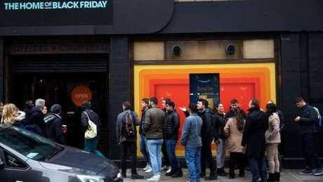 As filas em frente às lojas durante a Black Friday são um típico 'cartão postal' americano