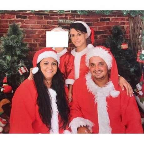 'Família em primeiro lugar',comentou Itaberlly Lozano nas fotosque postou ao lado da mãe, do padrasto e do irmão tiradas no último Natal