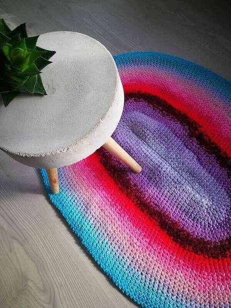 43. Complemente a decoração do ambiente com um tapete de crochê colorido. Fonte: Pinterest