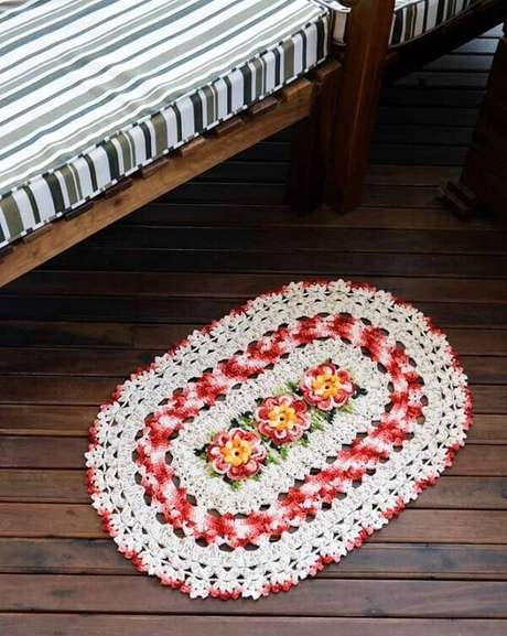44. Invista na compra de um tapete de crochê com flores. Fonte: Pinterest