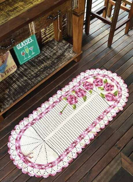 3. O tapete de crochê oval com flores traz delicadeza ao ambiente. Fonte: Pinterest
