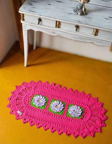 46. Tapete de crochê rosa com flores delicadas. Fonte: Pinterest