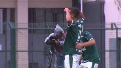 Ruan Ribeiro marcou um golaço para abrir o placar e dobrou os dois braços como faz Gabigol (Reprodução/SporTV)