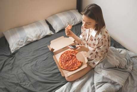 Descubra se comer antes de dormir faz mal à saúde