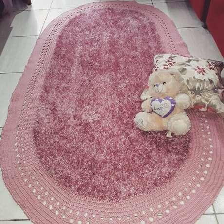 54. O tapete de crochê oval felpudo decora o quarto. Fonte: Gi Lucena